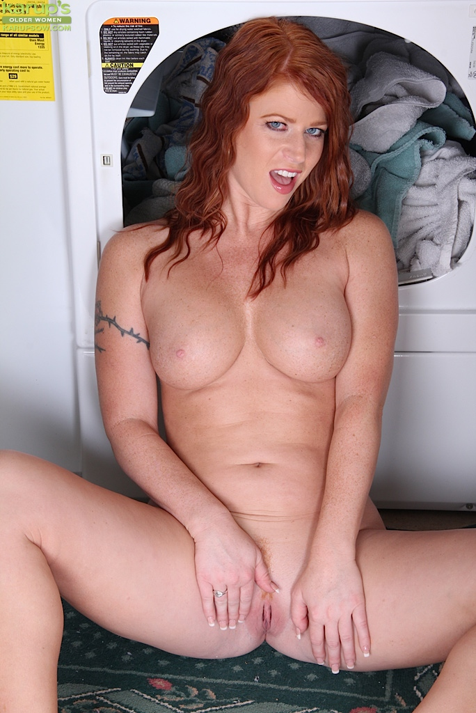 sexy-ginger-woman-stacked-milf