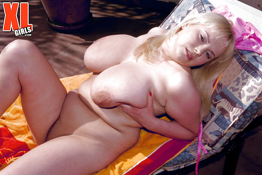 Blonde bbw wanking outdoor