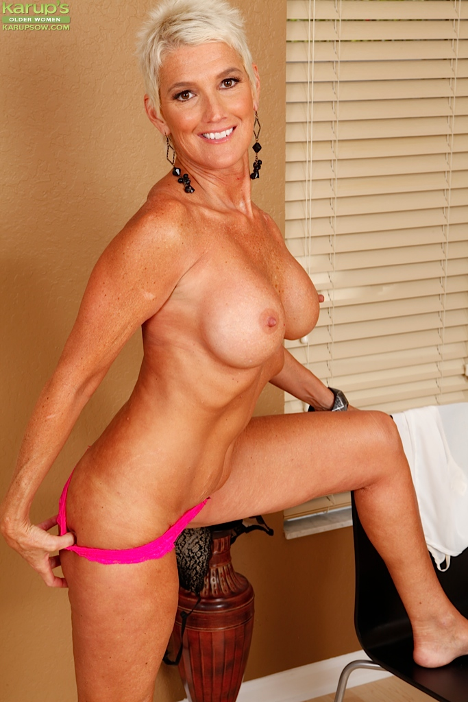 Mature cougar masturbating