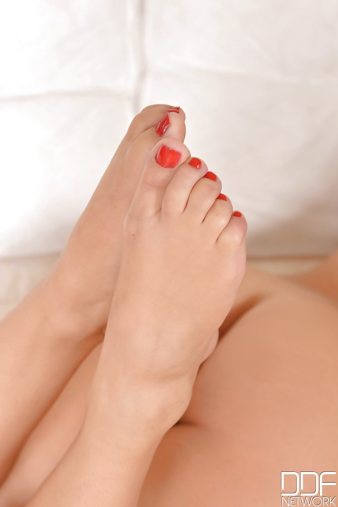 Leggy Euro babe Suzy Fox showing off sexy bare feet after ...