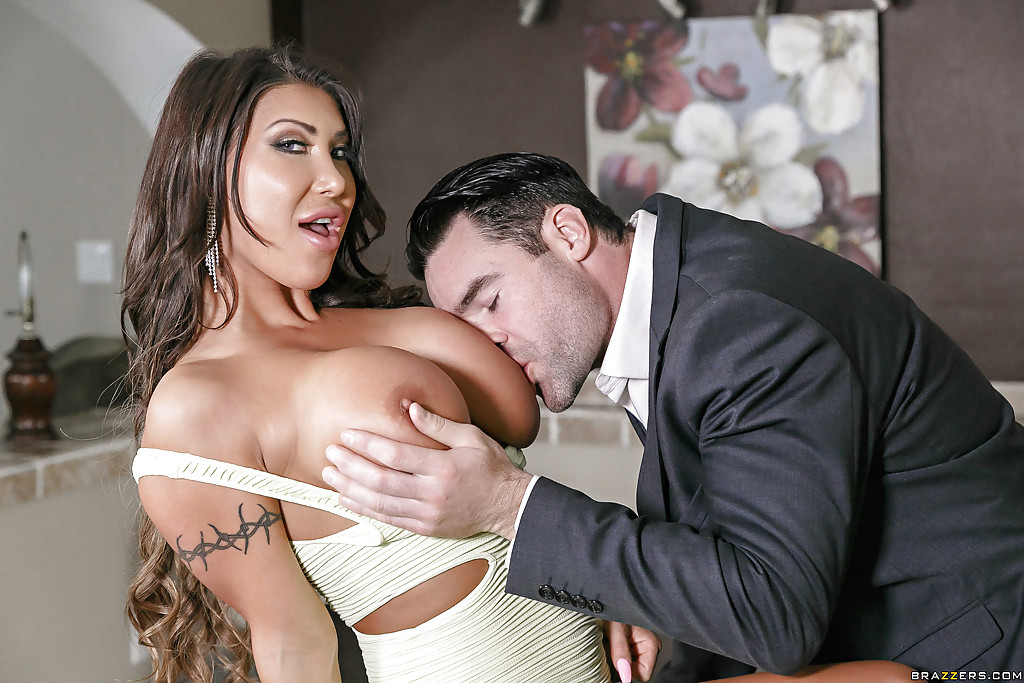 Big Titty Girl August Taylor Gives An Amazing Blowjob
