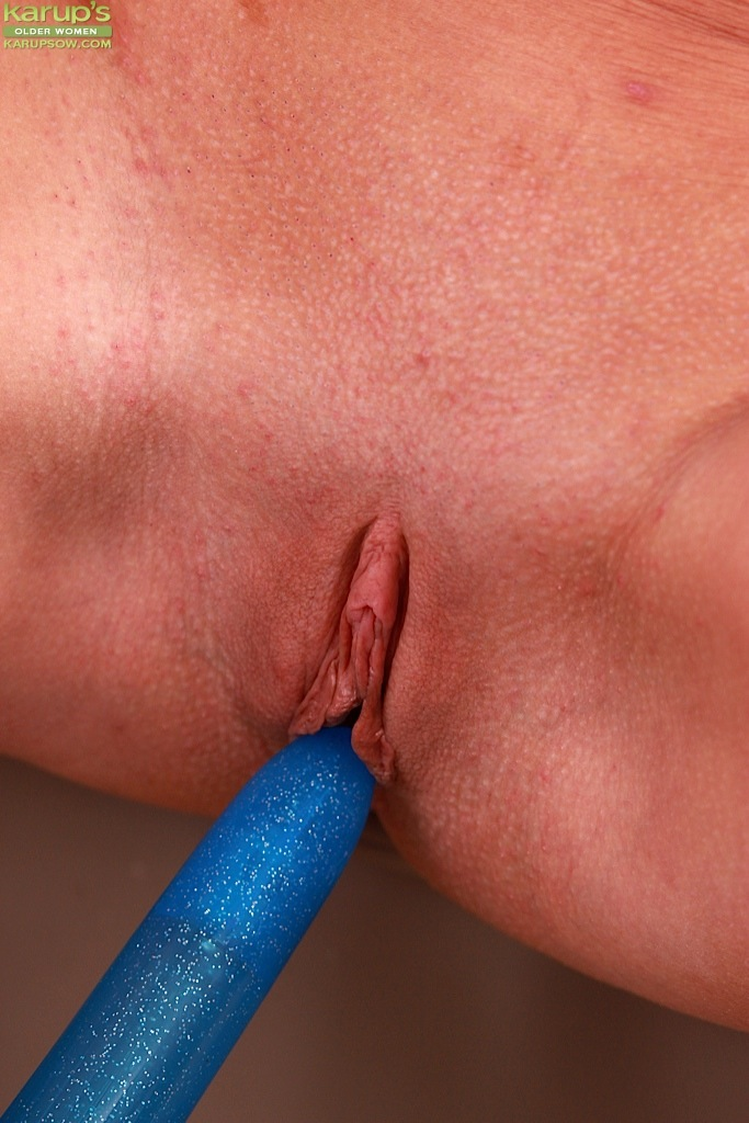 daidy-inserting-vibrator-deep-into-vagina-eating-wet-pussy