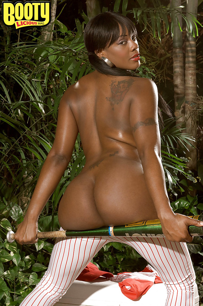 black milf shows off ass