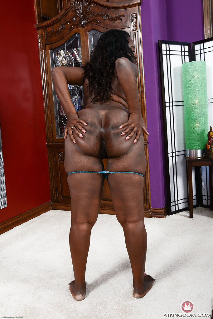 Young ebony girl squirting