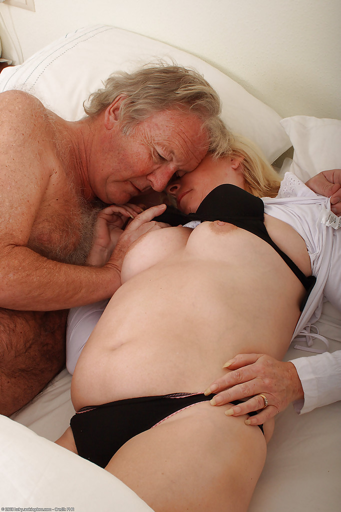 Grandpa pleases grandma's hairy vagina with his tongue and a sex ...