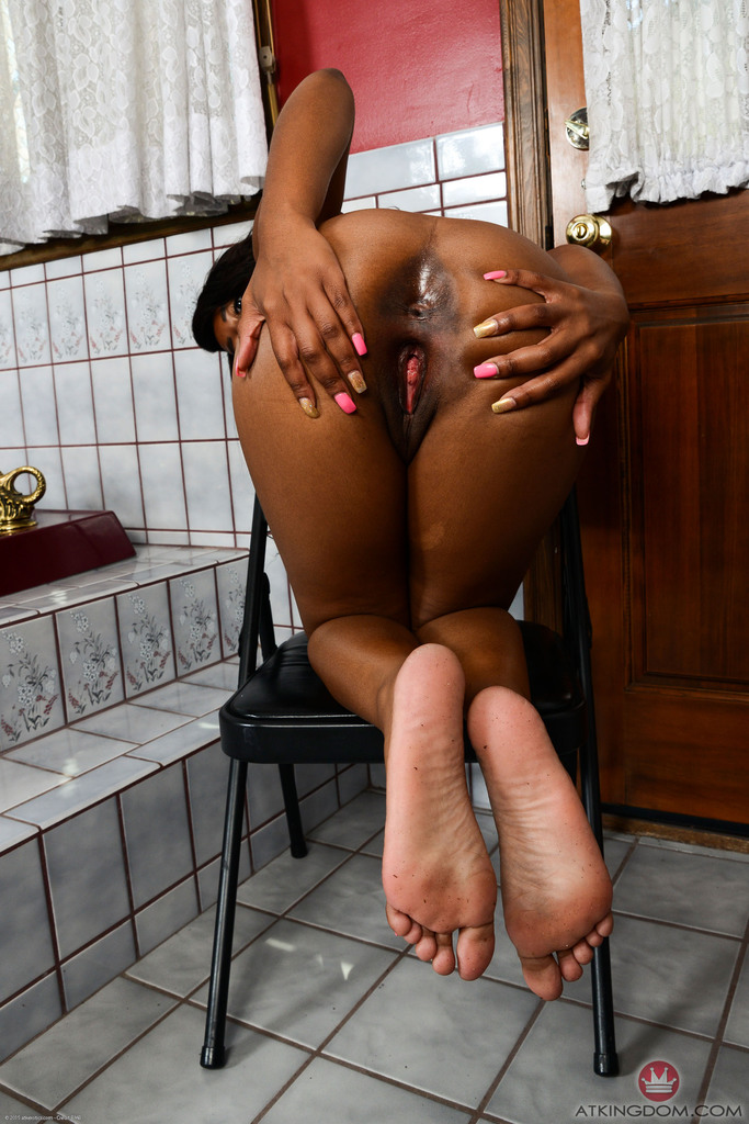 Ebony first timer Amber Cream peels off spandex shorts and bra to pose naked