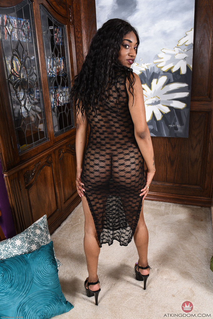 Sexy Black Teen Sizi Sev Shows Off Her Pink Pussy For The Very First Time