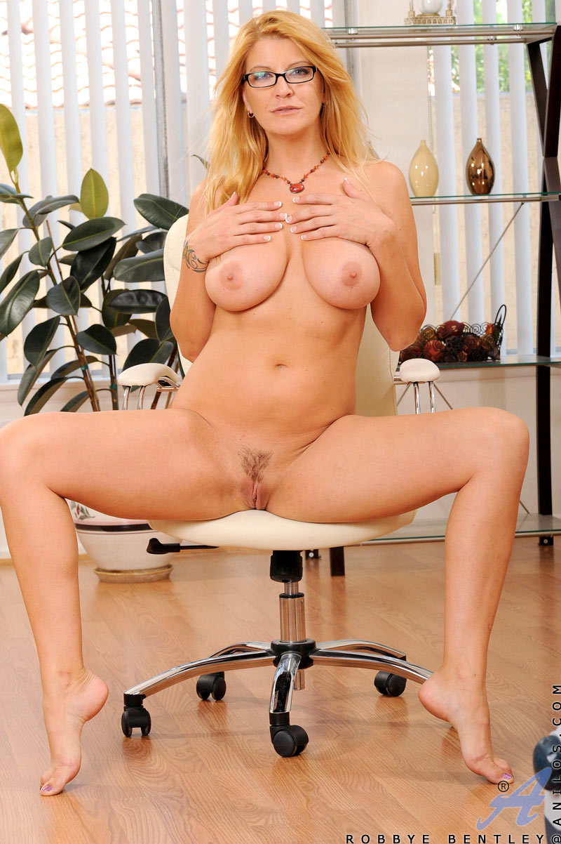 Mature blonde spread pussy with glasses