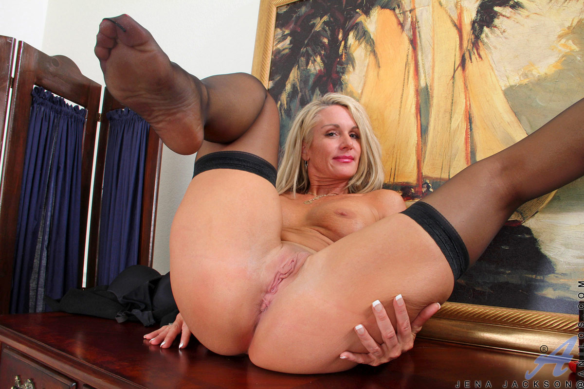 Hot naked cougar pussy
