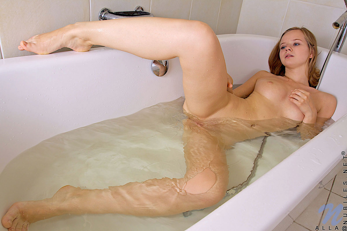 hot-naked-virgin-women-in-bathtub