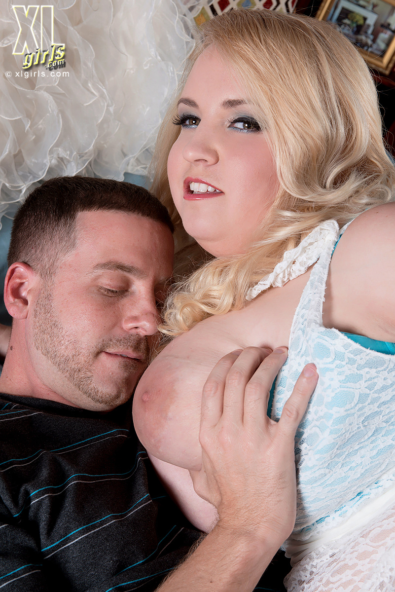Fat blonde chick Nikky Wilder gets into reverse cowgirl position once naked