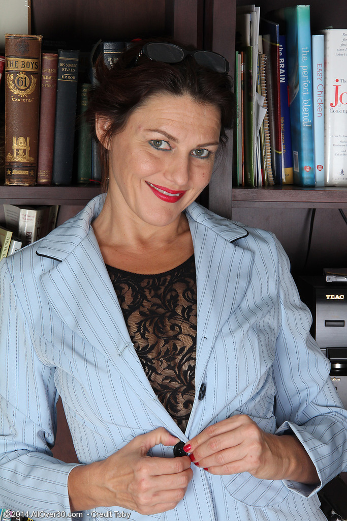 Over-30 lady Joana Jakes parts her bush after stripping in her study