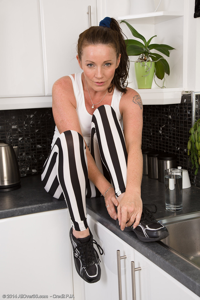 Mature mom Marlyn removes unflattering spandex pants to finger in the kitchen