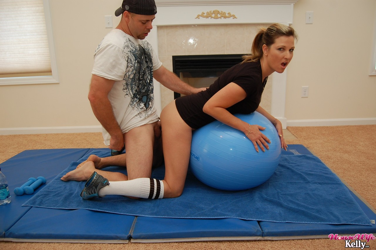 Sporty MILF Kelly Anderson exercising with no panties gets boned from behind