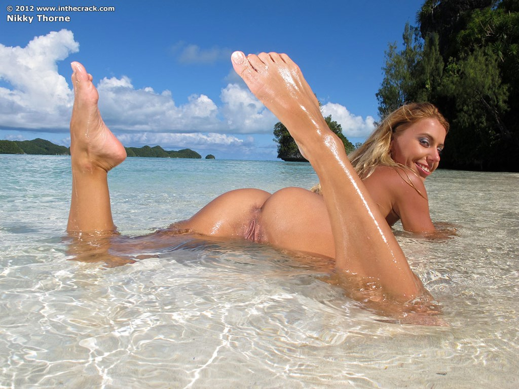 blonde-girl-masturbate-on-the-beach-canal-latin-chat