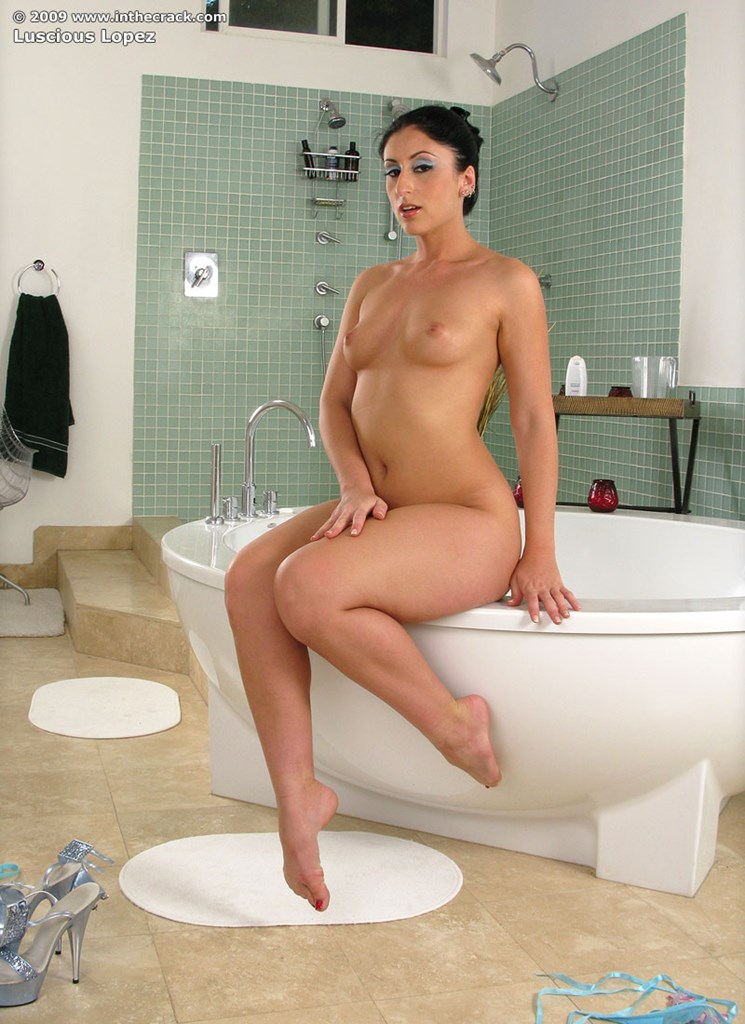 latina Bathtub ass