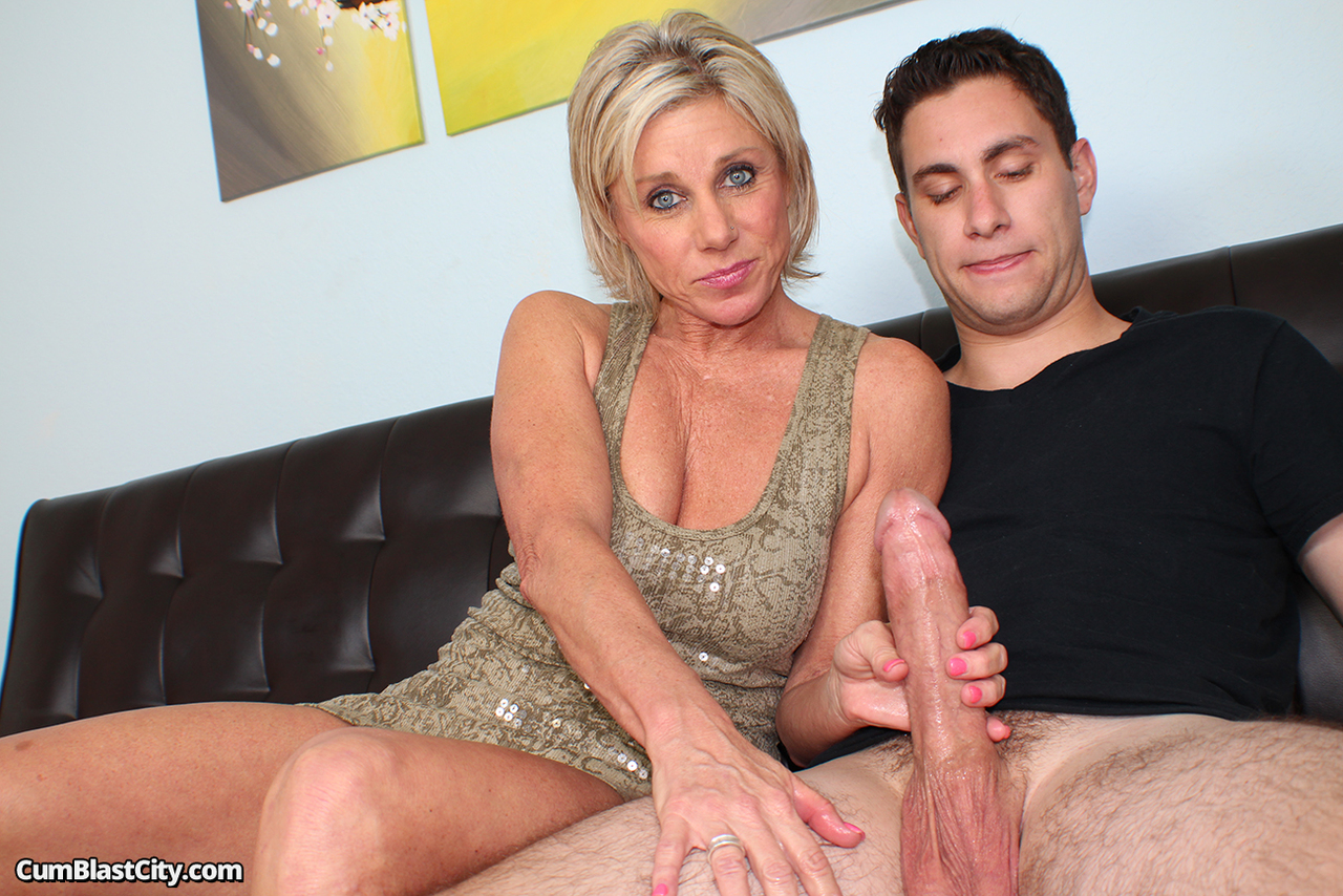 Milf eats pussy while getting pounded by cock