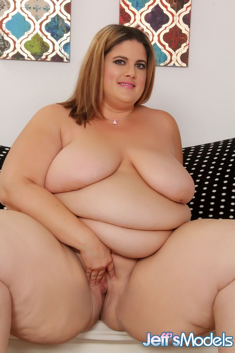 ssbbw erin green displaying rolls of belly fat and saggy boobs