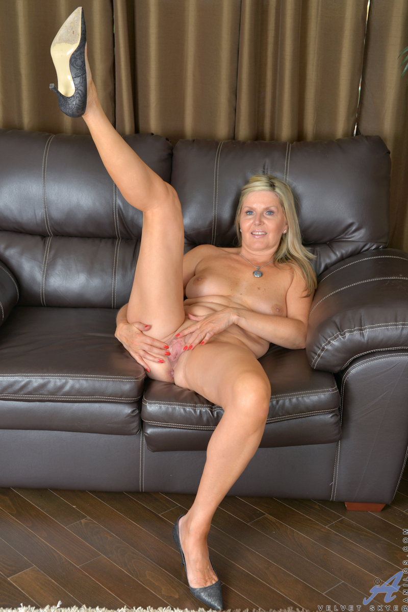 naked blonde moms