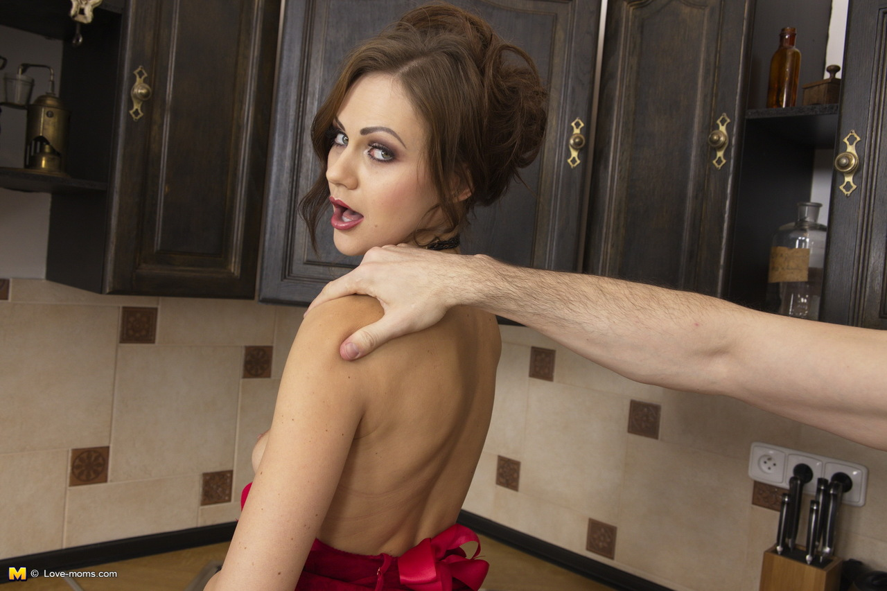 candace-mom-nude-kitchen-naked-sexy