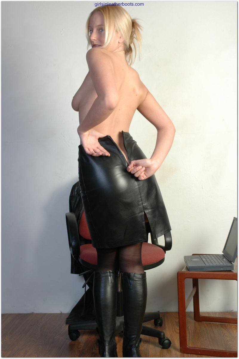 Secretary in leather boots fuck — photo 10
