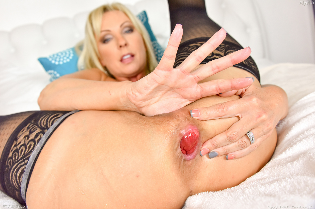 Milf using huge dildo