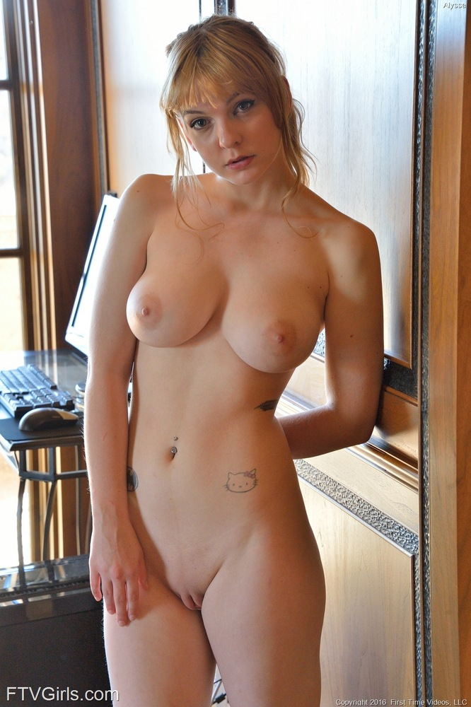 Girl in hotpants pics nude