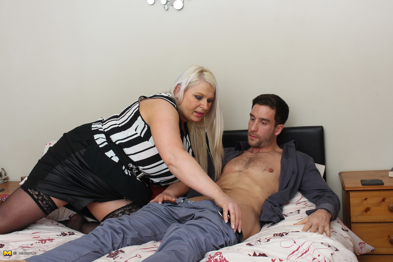 Curvy British cougar wanks a handsome student