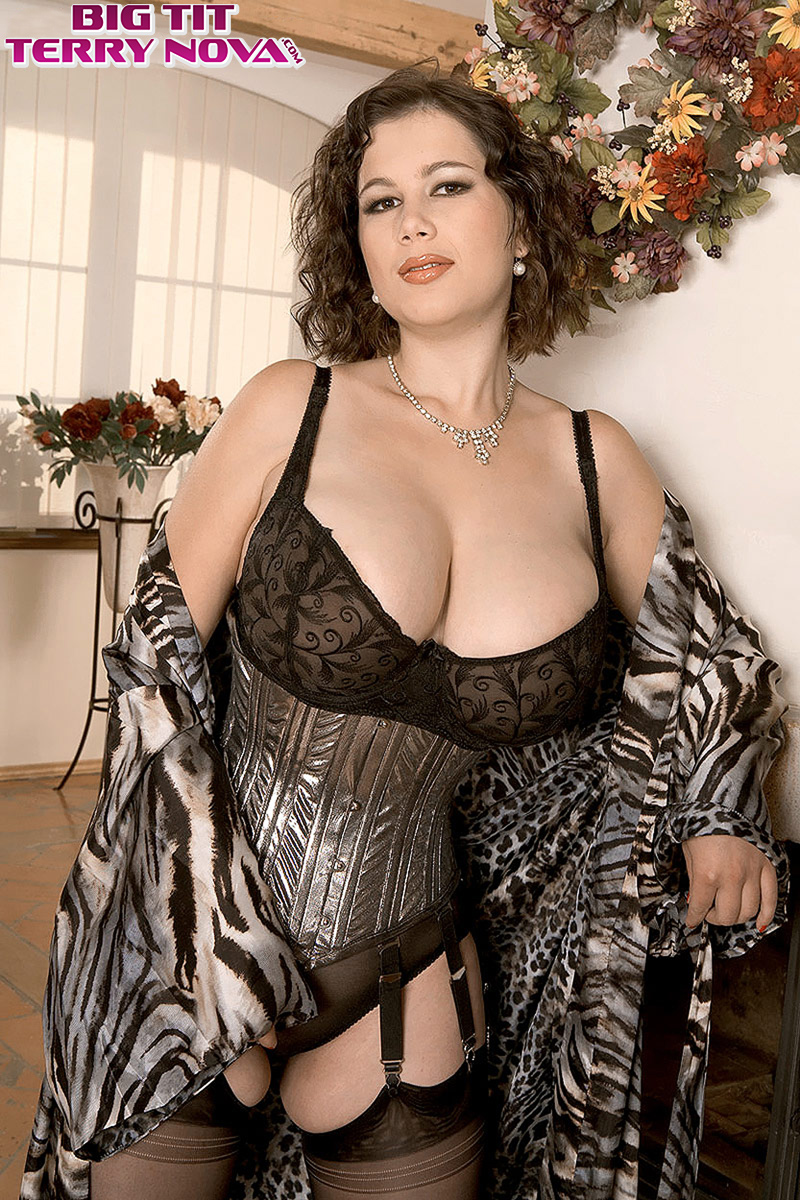 plump mature woman in sexy lingerie spreading pussy & flaunting huge