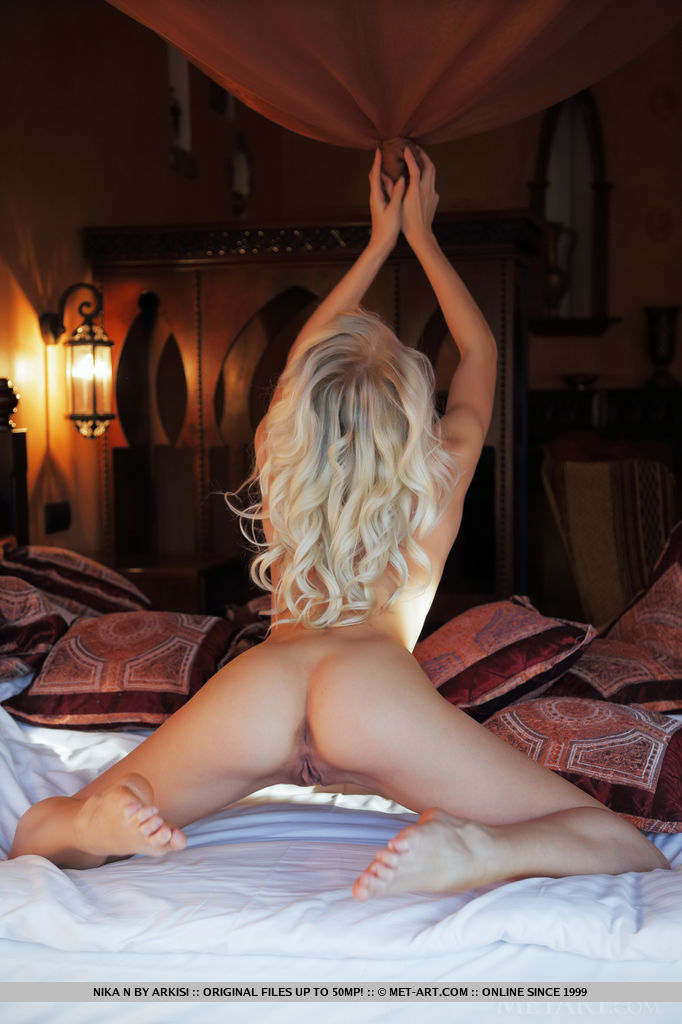 on nude ass naked up bed Blonde