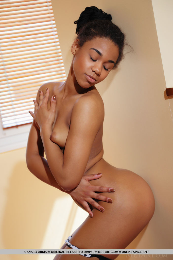 smoking hot ebony goddess gana stretches her shaved pink