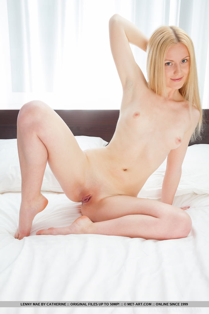 Small sexie nude woman