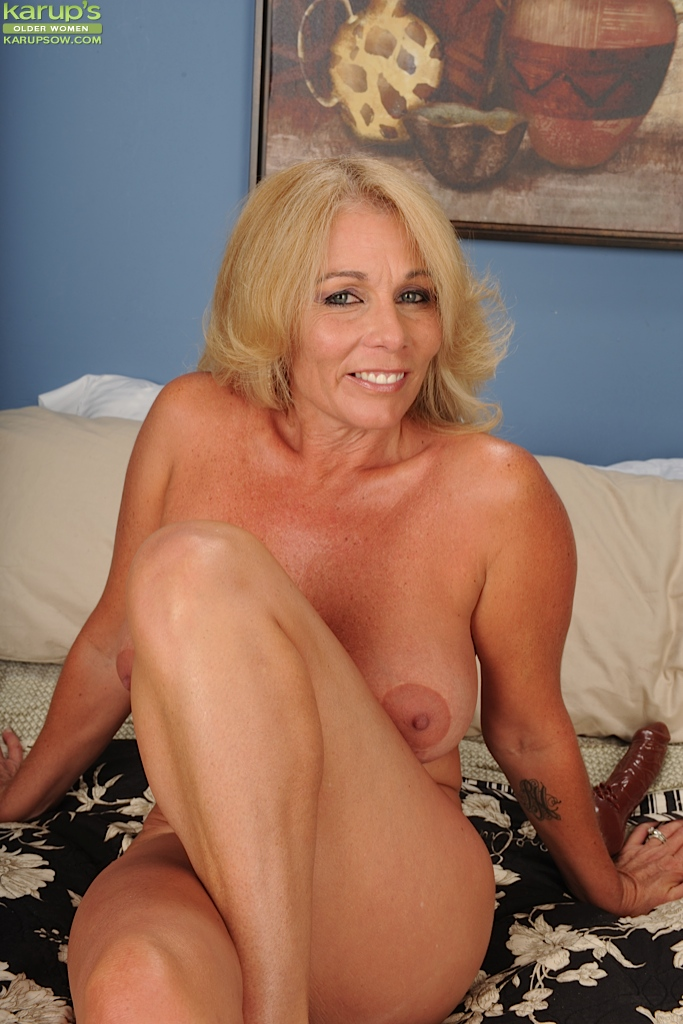 Sexy blond amateur mature women