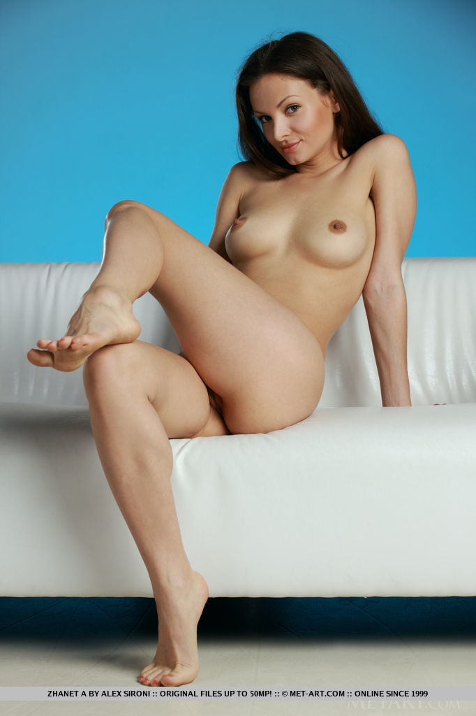 sexy-nude-girl-in-couch