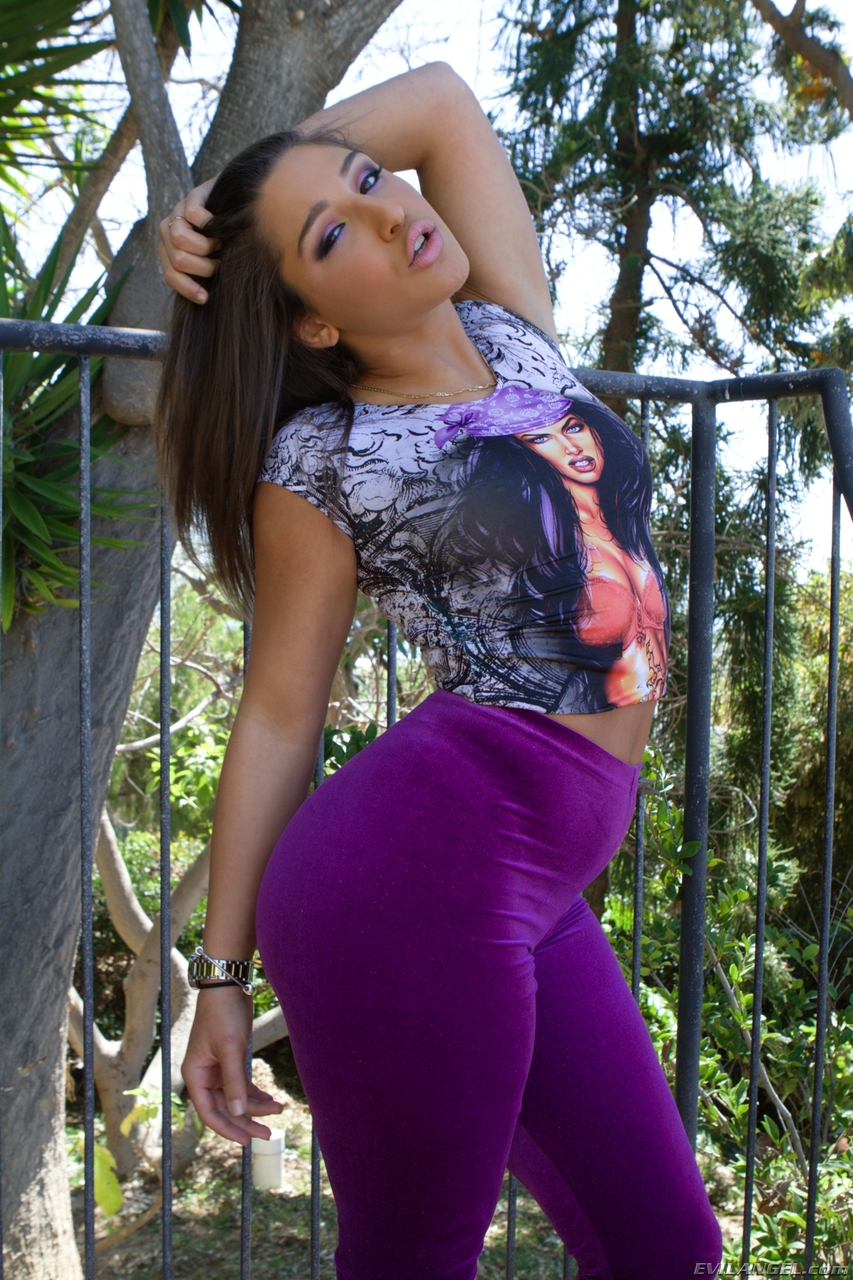 Latina chick removes her spandex pants in order to flaunt her big booty