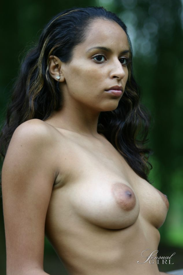 Latina model exposes her big boobs outdoors in blue jeans