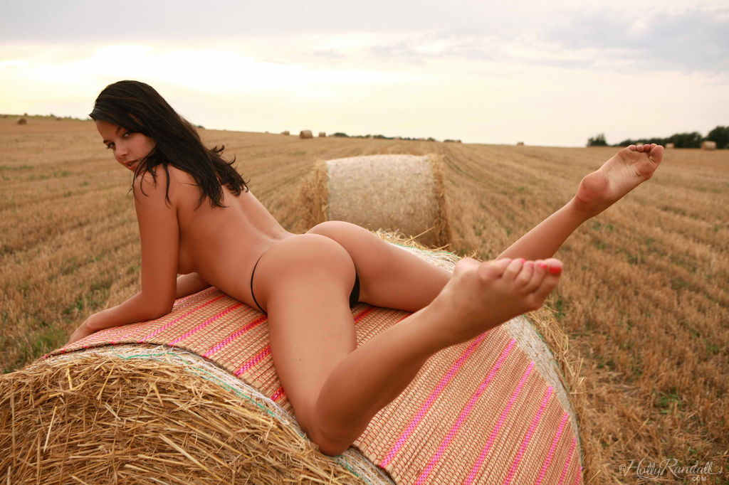nude-girl-farm-field-nipple-women