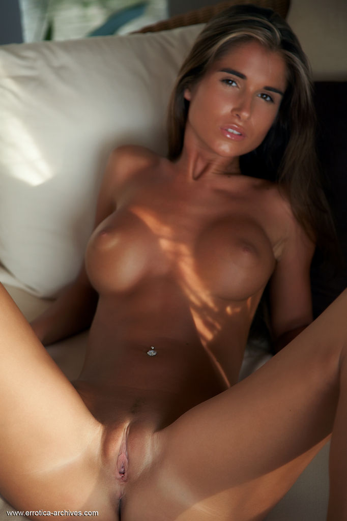 Can dark tan nude girl