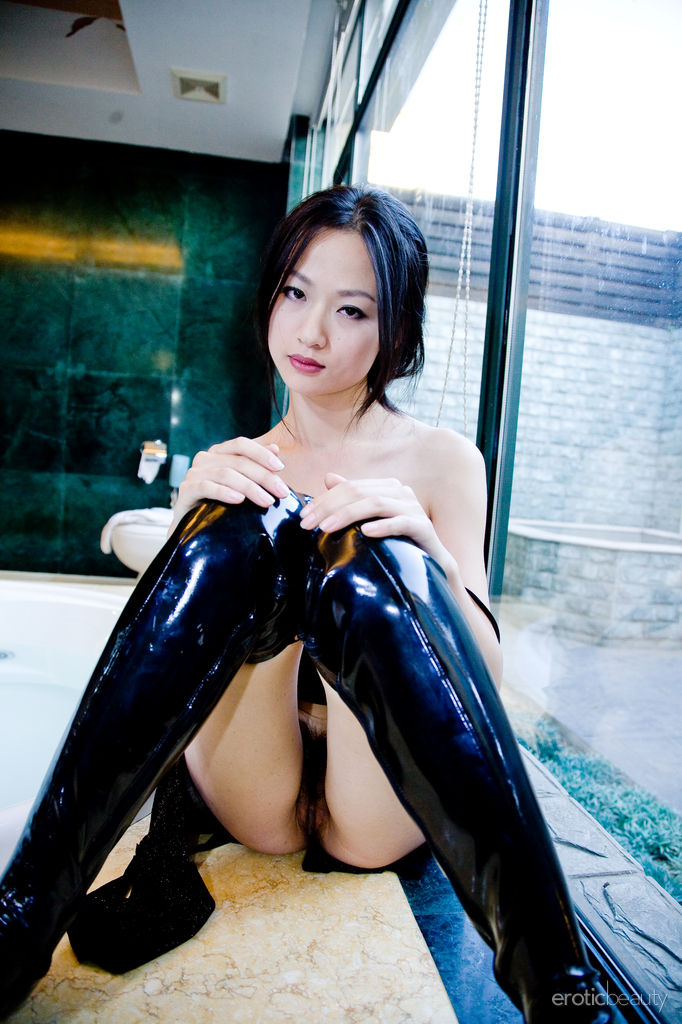 Tong in her pussy toy in the arse - 5 4