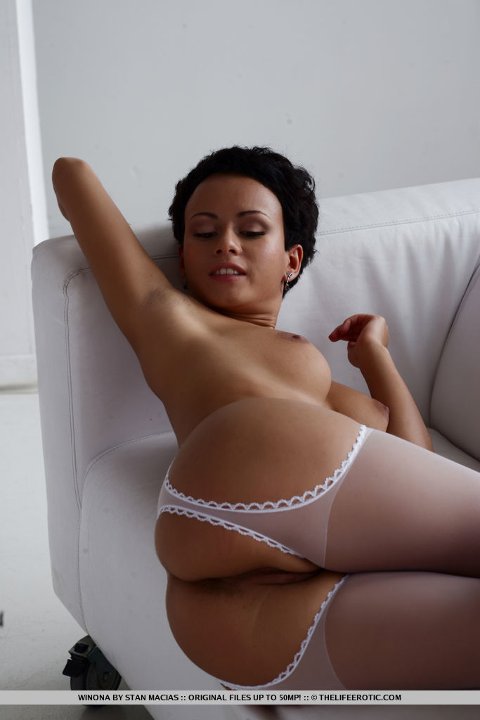 Short haired pammie lee in crotchless pantyhose spreading legs for closeup