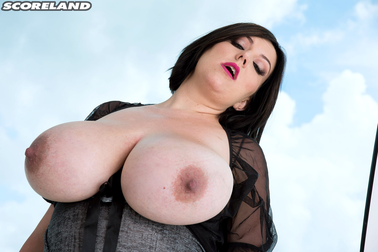 dark haired bbw paige turner unleashes her massive hooters