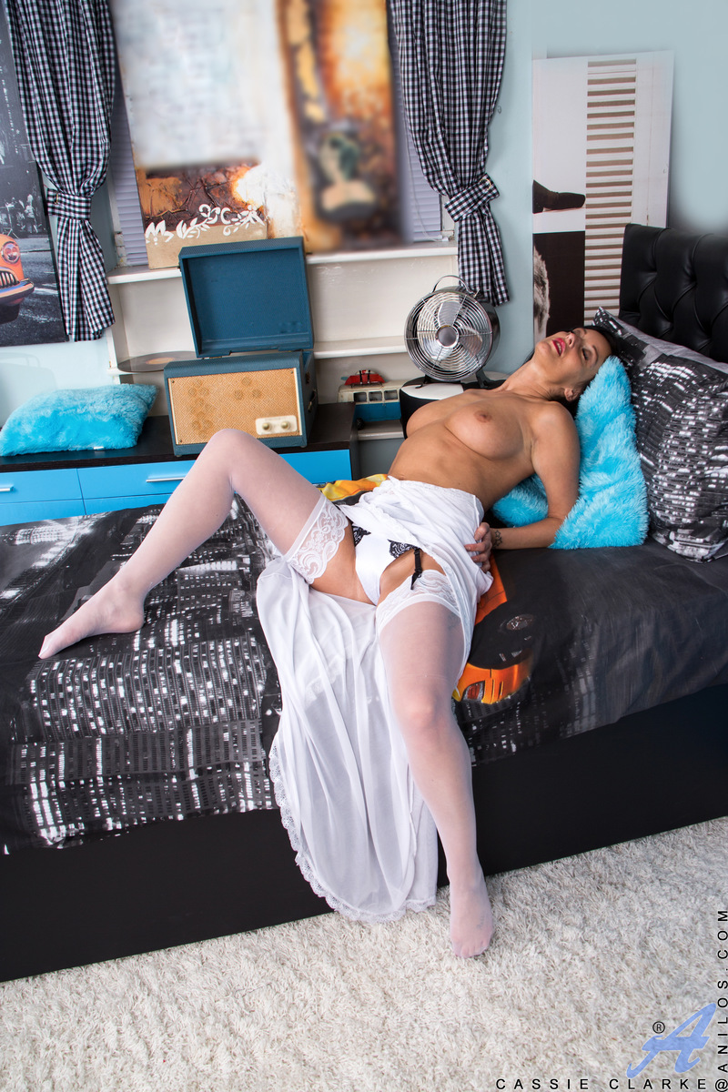 Mature woman Cassie Clarke strips to her stockings to spread her old twat