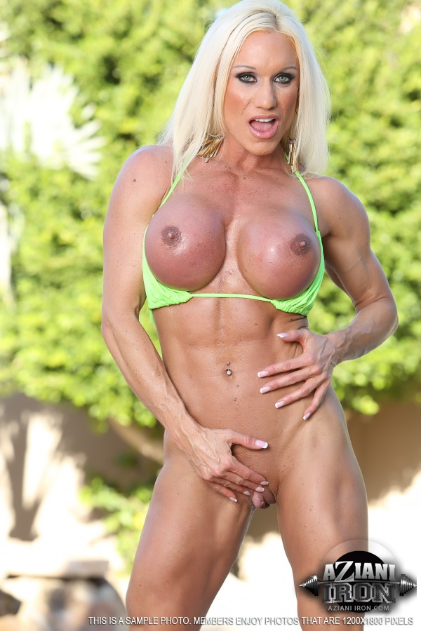 Female bodybuilder Ashlee Chambers exposes her well defined clit ...