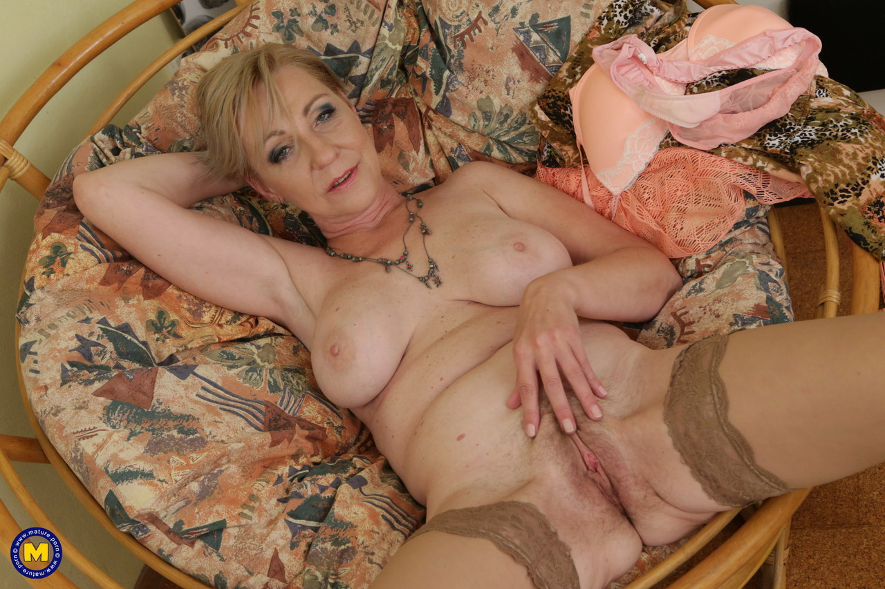 Horny granny spreads her legs to masturbated her hot old ...