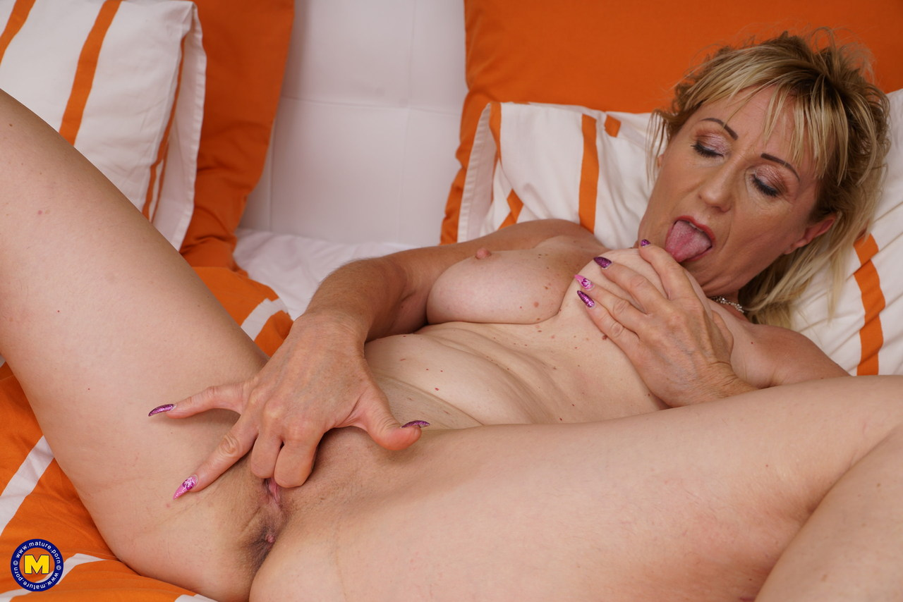 horny mature fondles her saggy tits while rubbing her old