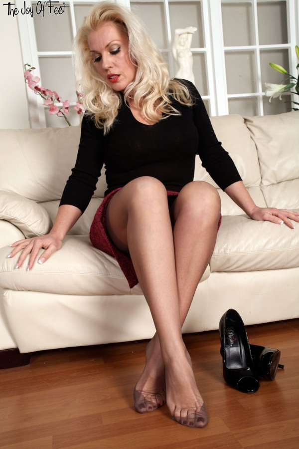 Good Mature legs high heels cum shot impudence!