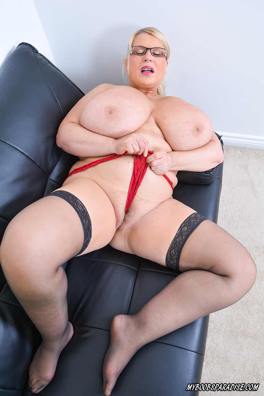 Fat mature woman Samantha Sandres licks her nipples while fondling her hooters