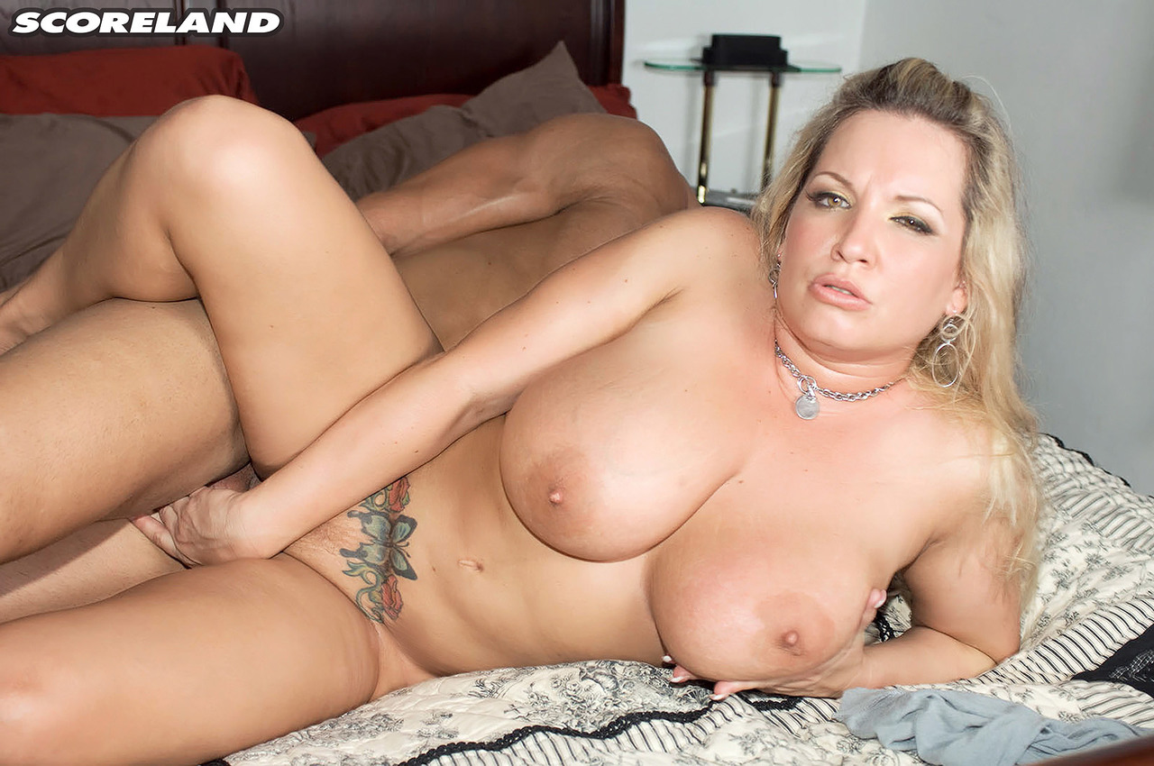 Blonde chick Rachel Love seduces a man with her massive boobs