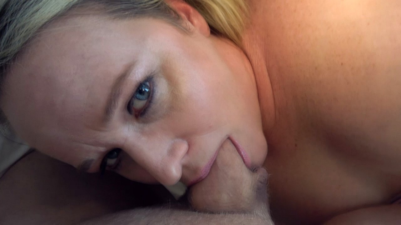 Fat first timer Dee Siren toys her pussy before deepthroating a cock
