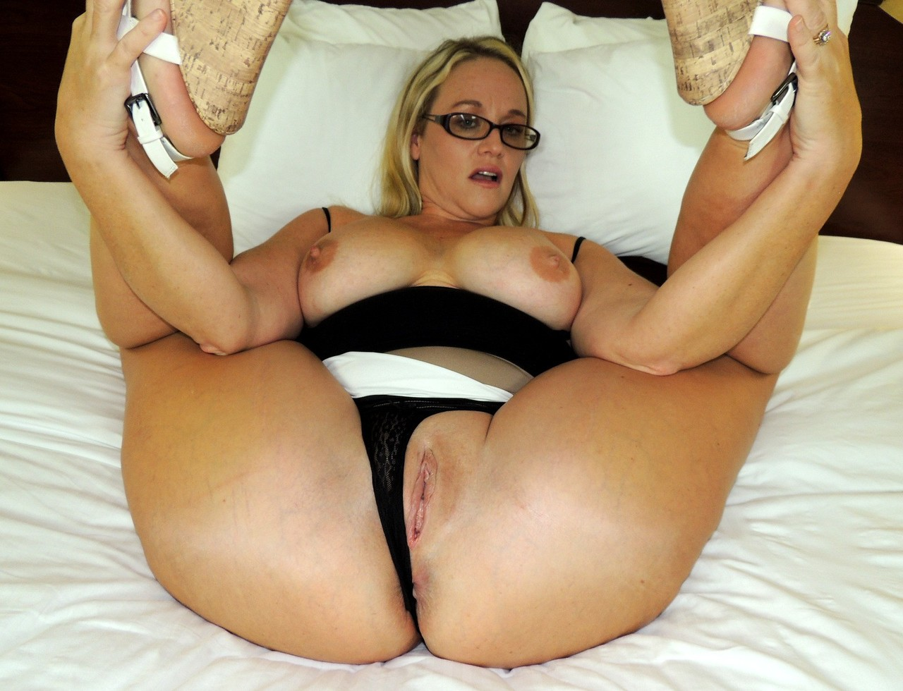 Amateur Chick Dee Siren Shows Her Fat Ass Prior To Having Sexual